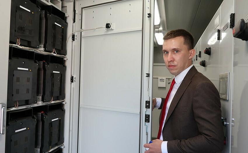 Директор по маркетингу НТЦ «Приводная техника» Евгений Чупин показывает журналистам устройство новой разработки компании — системы накопления и хранения электроэнергии